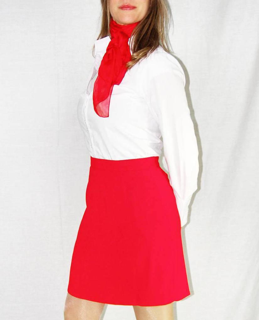 Falda roja corta y camisa blanca